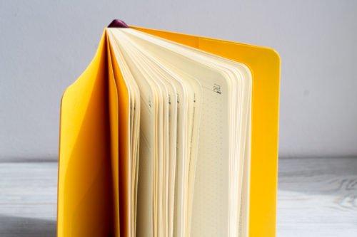 Ежедневник с мягкой обложкой и круглыми углами.