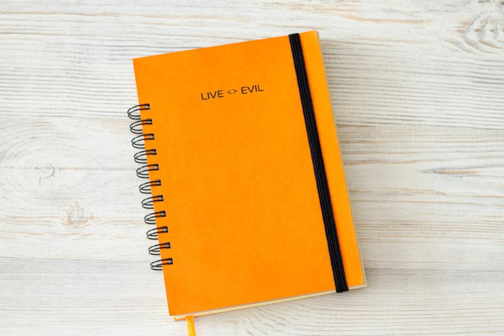 Оранжевый ежедневник на спирали и с закладкой.